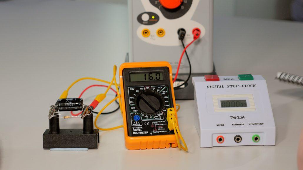 Discharging a Capacitor   NUSTEM